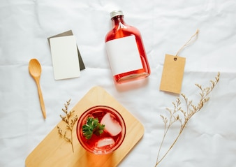 Maquillaje de marca de té de infusión fría conjunto con un vaso de té helado y tarjeta de etiqueta