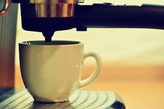 Máquina de café express preparando un café.