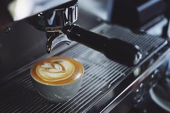 Máquina de café llenando una taza