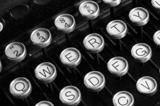 Máquina de escribir antigua cerca antigüedad