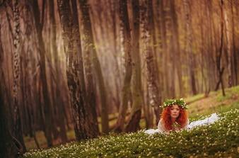 Maravilloso bosque encantador joven y sana