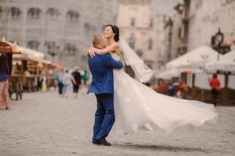 Marido levantando a su mujer
