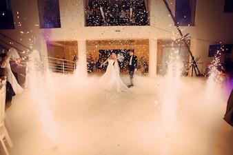 Marido y mujer en la sala de baile