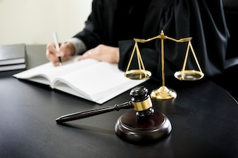 Arbitro fotos y vectores gratis for Escritorio de abogado