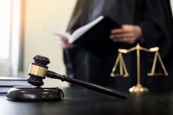 Abogado fotos y vectores gratis for Escritorio de abogado