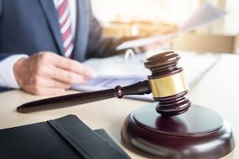 Justicia fotos y vectores gratis for Escritorio de abogado