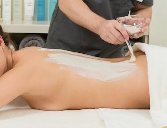 Masaje en una mujer en el salón de spa