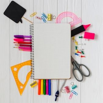 Material escolar en la mesa
