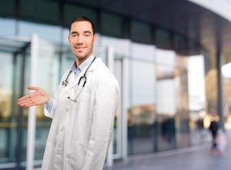 Médico joven confidente que da la bienvenida