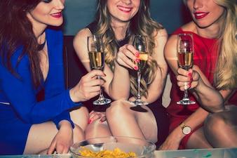 Mejores amigas celebrando con champán