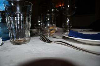 mesa, un cuchillo