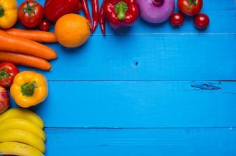 Mesa azul con comida