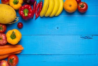 Mesa azul con frutas y verduras