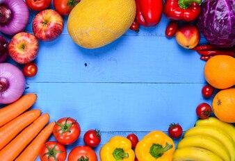 Mesa azul llena de verduras
