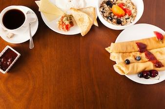 Mesa con comida fresca para el desayuno