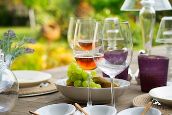 Mesa con comida y bebidas