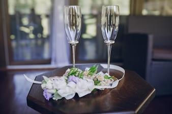 Mesa con copas y flores