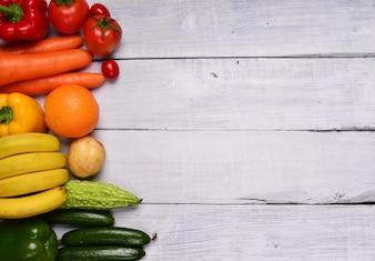 Mesa con frutas y verduras
