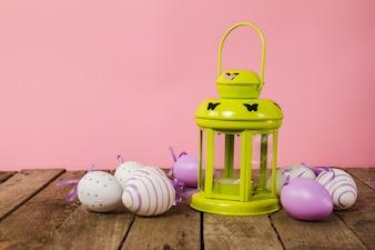 Mesa con huevos de pascua y farol