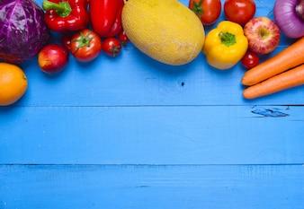Mesa con verduras variadas