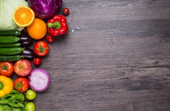 Mesa con verduras y frutas