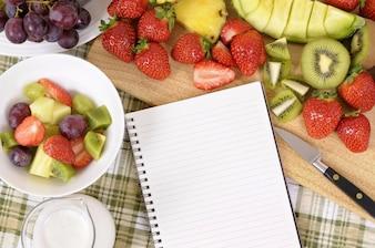 Mesa de cocina llena de fruta