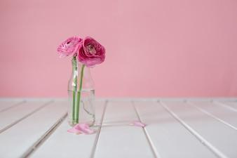 Mesa de madera con flores bonitas y jarrón