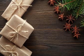 Mesa de madera con pino y regalos marrones