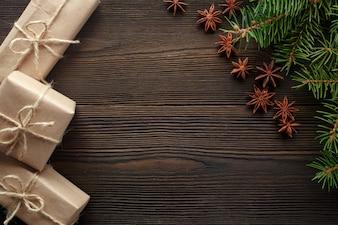 Mesa de madera con pino y regalos