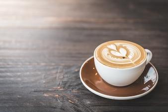 Mesa de madera con una taza de café