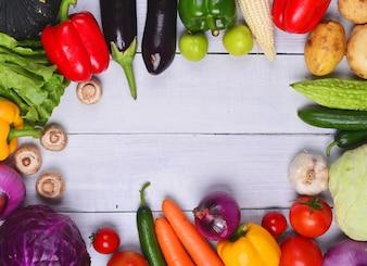 Mesa de madera con verduras