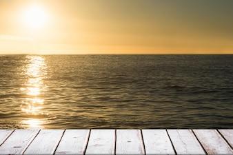 Mesa de madera en la puesta del sol