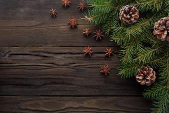 Mesa de madera oscura con pino decorado de navidad