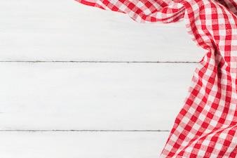 Mesa de madera vacía y paño rojo servilleta