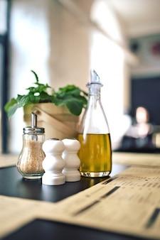 Mesa de restaurante con aceite y azúcar