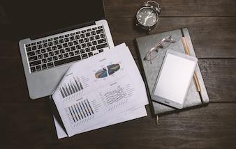 Mesa de trabajo con un informe y un portátil