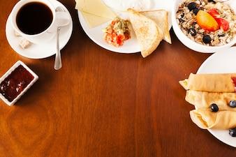 Mesa servida en el desayuno