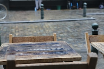 Mesas de madera fuera de