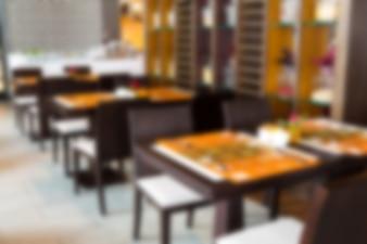 Mesas de un restaurante desenfocadas