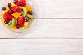 Mezcla de frutas frescas en una mesa de madera