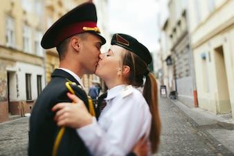 Militar cariñoso pareja besando retrato