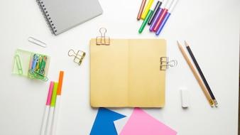 Mínimo espacio de trabajo - Foto plana estable creativa de escritorio de espacio de trabajo con cuaderno de dibujo y lápiz de madera sobre fondo blanco de espacio de copia. Vista superior, fotografía plana.