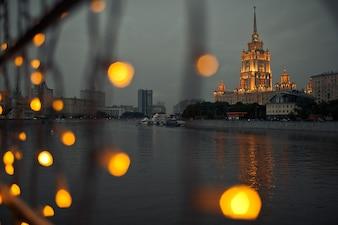 Mira a través de las lámparas en Moscú-ciudad brillante