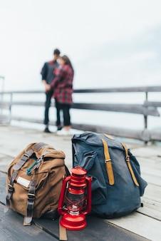 Mochilas de senderismo con una pareja de fondo