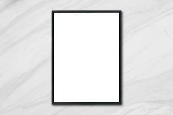 Mock up marco cartel en blanco colgando de la pared de mármol blanco en la habitación - se puede utilizar la maqueta para la presentación de productos de montaje y el diseño de diseño visual clave.