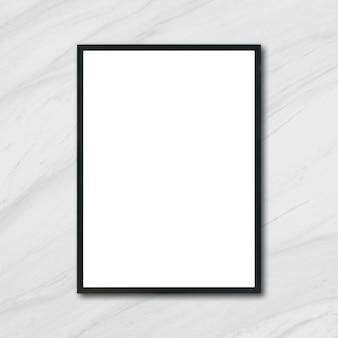 Mock up marco cartel en blanco colgando de mármol blanco en la pared de la sala - se puede utilizar maqueta para el montaje de los productos de visualización y el diseño de diseño visual clave.