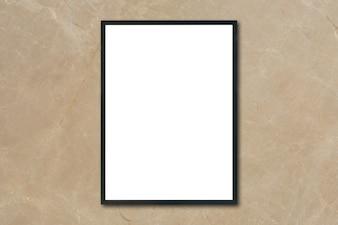 Mock up marco de cartel en blanco colgando de la pared de mármol marrón en la habitación - se puede utilizar maqueta para la presentación de productos de montaje y el diseño de diseño visual clave.