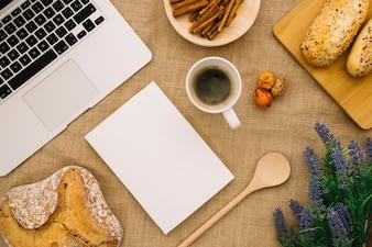 Mockup de folleto con portátil y café