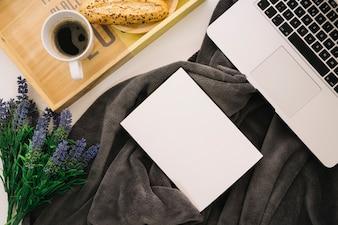 Mockup de folleto con portátil y desayuno