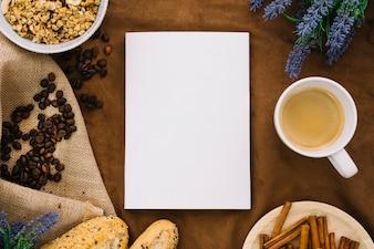 Mockup de libro con granos de café